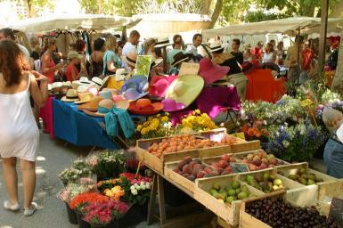 It's spring, market day in Saint-Tropez!